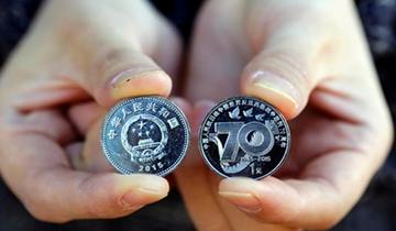抗战胜利70周年纪念币发行 市民排长龙兑换