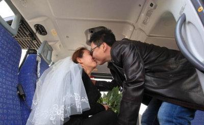 男子直升机上求婚 高空中戴婚戒