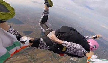 父子万米高空跳伞失控 父亲舍命拽住儿子