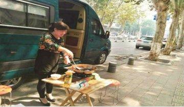 家长派房车驻校保证孩子午休 保姆当街炒菜做饭