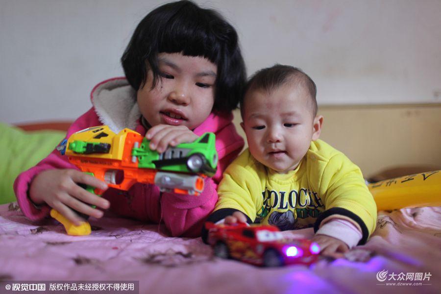 我叫徐梓昕,今年9岁了,是浙江衢州的一名小学生。我妈妈是医生,爸爸是摄影师。2014年4月28日,我家里的成员又多了一位――我的弟弟。他出生后,给我带来了很多快乐。