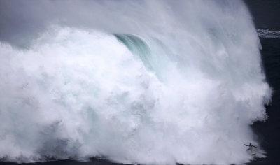 冲浪达人在葡萄牙挑战世界最高巨浪