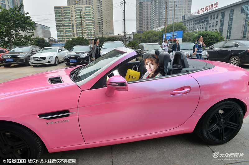 """长沙""""90后""""女孩开跑车送外卖年入百万"""