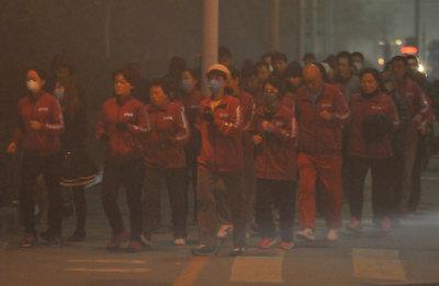 沈阳街头百人戴口罩雾霾中暴走