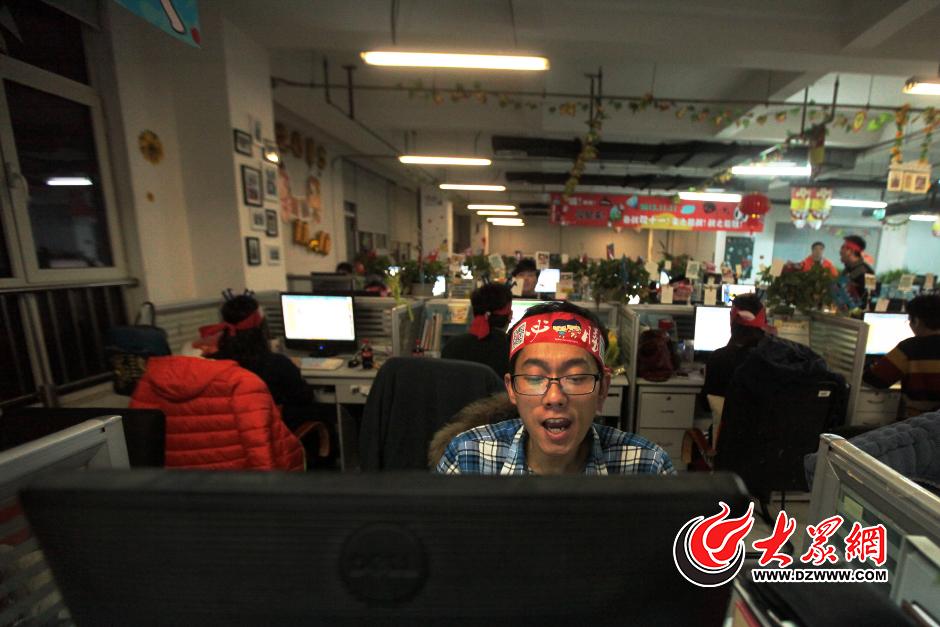 """""""双十一 拼第一!""""这位头戴发箍小哥也是拼了。11月10日晚,大众网记者来到去年双十一天猫女装销售冠军韩都衣舍,亲身感受双十一的疯狂氛围。大众网记者 王长坤 赵兵 摄"""