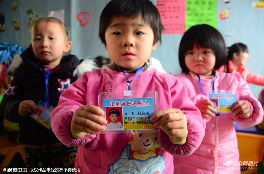 """山东聊城:志愿者为农村儿童制作""""身份证"""""""