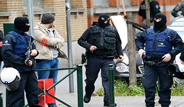 比利时警察采取突袭行动 搜捕巴黎恐袭嫌犯