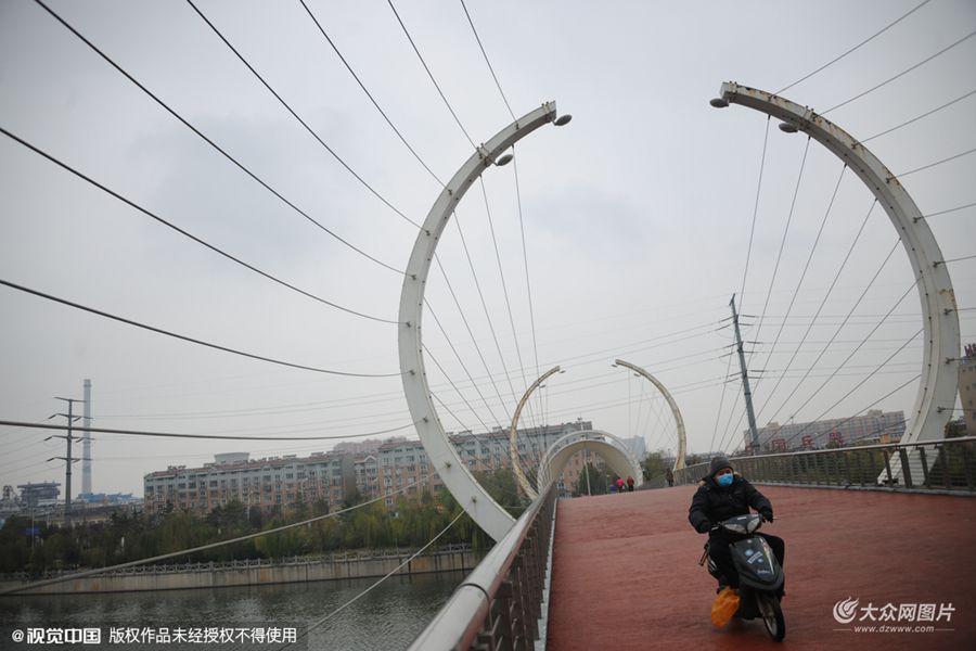 """济南一桥梁结构似""""藕断丝连"""""""