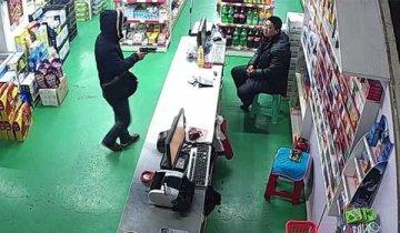超市老板正在看枪战片 突遭劫匪入店打劫