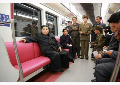 金正恩地铁车厢里手持香烟指导工作