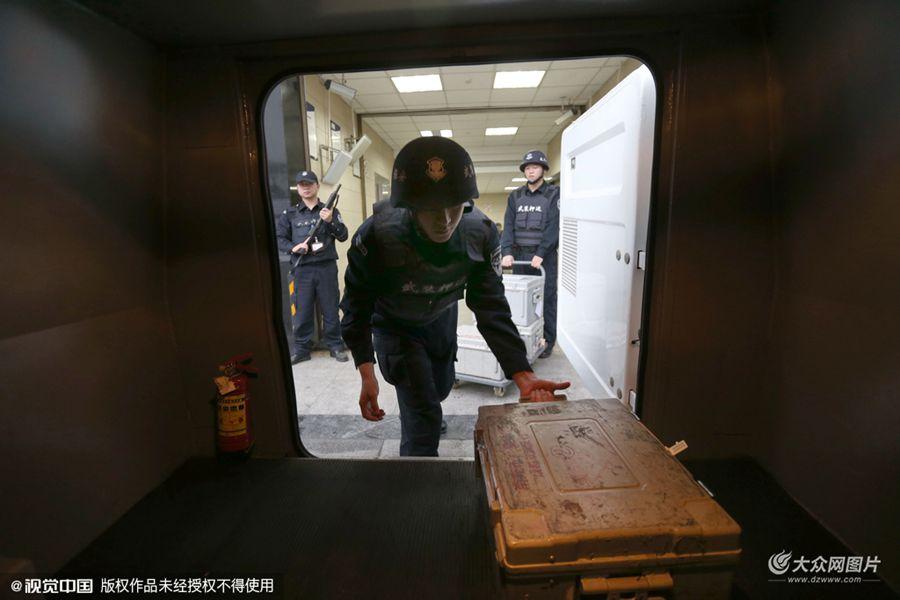 2015年11月13日,记者探访了隶属于成都保安服务总公司的成都市翼虎守护押运中心,并跟随武装押运车长陈文刚,参与了新版人民币运钞的全过程。