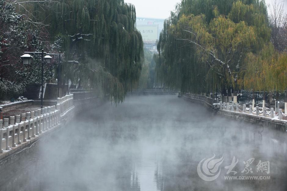 """11月25日,随着一场大雪过后,济南黑虎泉湿度上升,云雾突起,呈现出少有的""""仙雾"""",整个景区宛若水墨画卷,美不胜收。大众网记者 王长坤 摄"""