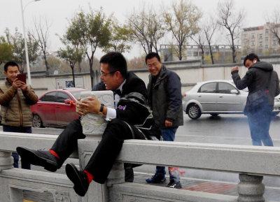 淄博街头闹洞房 新郎捆桥上屁股挂鞭炮