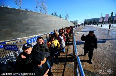 零下11度的济南:排队3小时领免费奶的人群