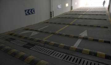西安一地下停车场50米坡道装17条减速带引网友质疑.jpg