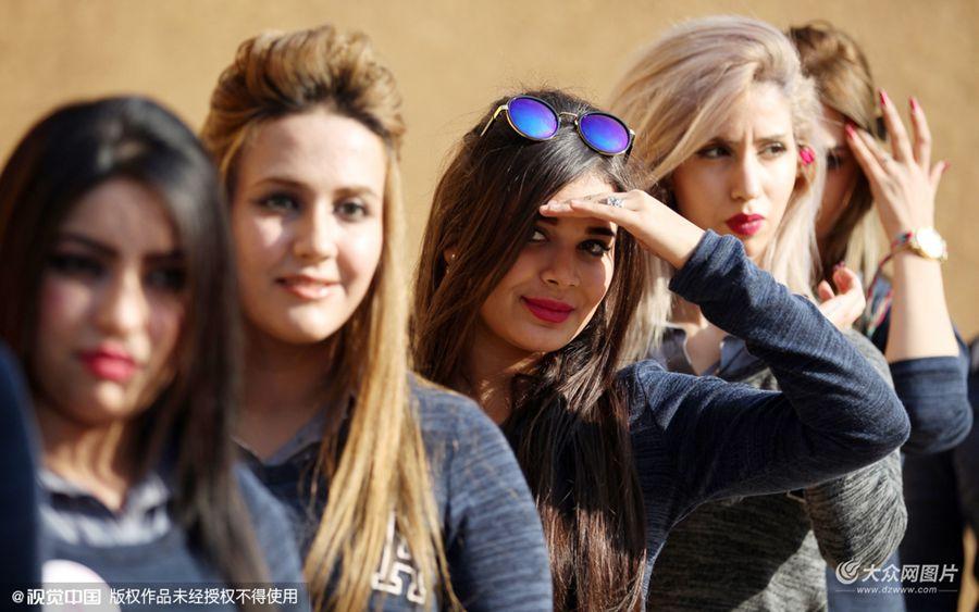 当地时间2015年12月17日,伊拉克希拉,伊拉克小姐选美比赛部分参赛者在当地考古遗址附近拍照。伊拉克超过40年以来首次选美比赛将在12月19日举行,意在促进伊拉克旅游业。