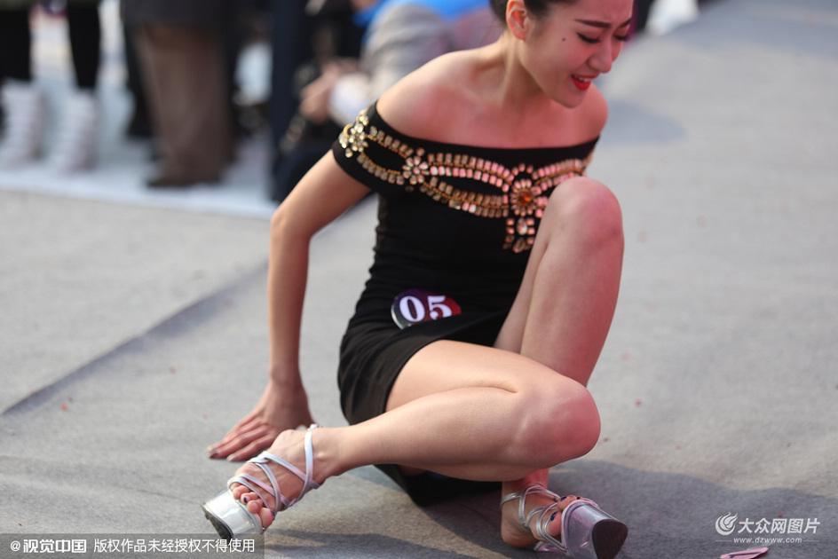 2015年12月20日,济南某滑雪场举行冰雪美人大赛,大赛分为才艺、旗袍、晚装、比基尼展示,10位美女各自拿出经典绝活向市民展示。
