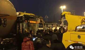 哈尔滨一公交与货运火车相撞.jpg