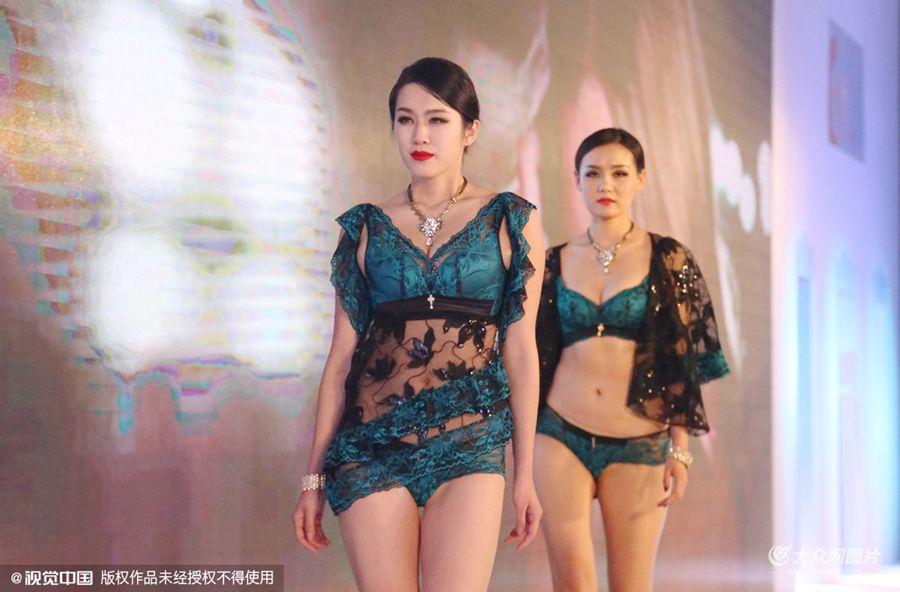 2015年12月19日,河南省郑州市,深圳某内衣品牌斥资千万打造的2016国际内衣超模选秀大赛全球海选首站在郑州劲爆上演。