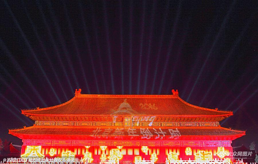 2015年12月30日傍晚,北京,太庙及周边的景观开始调试灯光,璀璨眩目,为迎新年倒计时活动作准备。