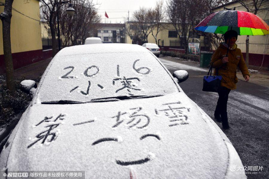 2016年1月6日,在山东省聊城市茌平县贾寨镇拍摄到的新年第一场雪。