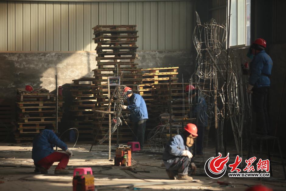 迎春花灯会制作基地,工人们正在焊接大型花灯骨架