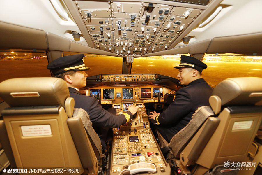 2016年1月13日,山东青岛流亭机场,东航波音777-300ER远程宽体客机B-2021号在青岛流亭国际机场降落,记者经过允许后,上机进行实地探访。