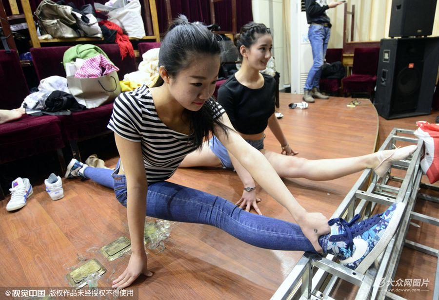 """2016年01月17日,济南,在山东教育大厦,参加""""模拟艺考""""的考生在进行考前最后的练习。"""