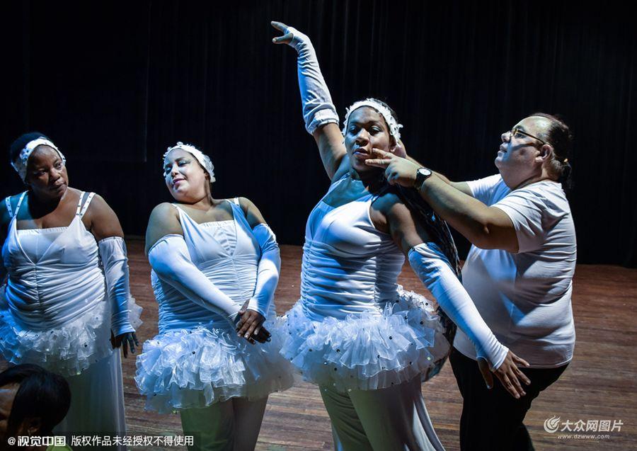 古巴哈瓦那Danza Voluminosa舞团。一提到舞蹈演员,你的脑海中是否会出现一个身材轻盈纤弱的形象?然而来自古巴的舞团Danza Voluminosa正试图打破这种成见。