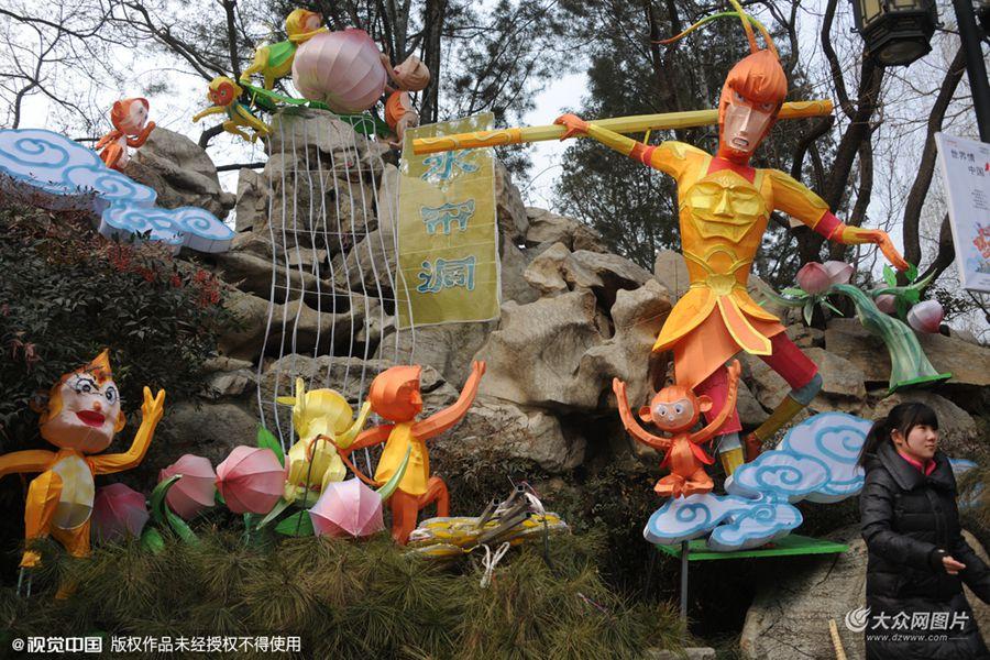 """2016年01月21日,山东省济南市,在趵突泉景区内,一组花果山水帘洞""""美猴王""""的花灯造型,路人笑称其为史上最丑美猴王。"""