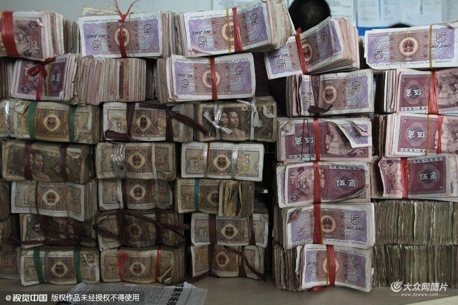 2016年1月,滨州的庞先生在某汽车4S店订购商务汽车一辆,1月22日庞先生前来交纳首付款,首付全是面值1角,5角纸币及硬币合计五万两千余元。