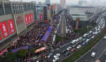杭州:四季青市场年前疯狂甩货-周边道路几近瘫痪.jpg