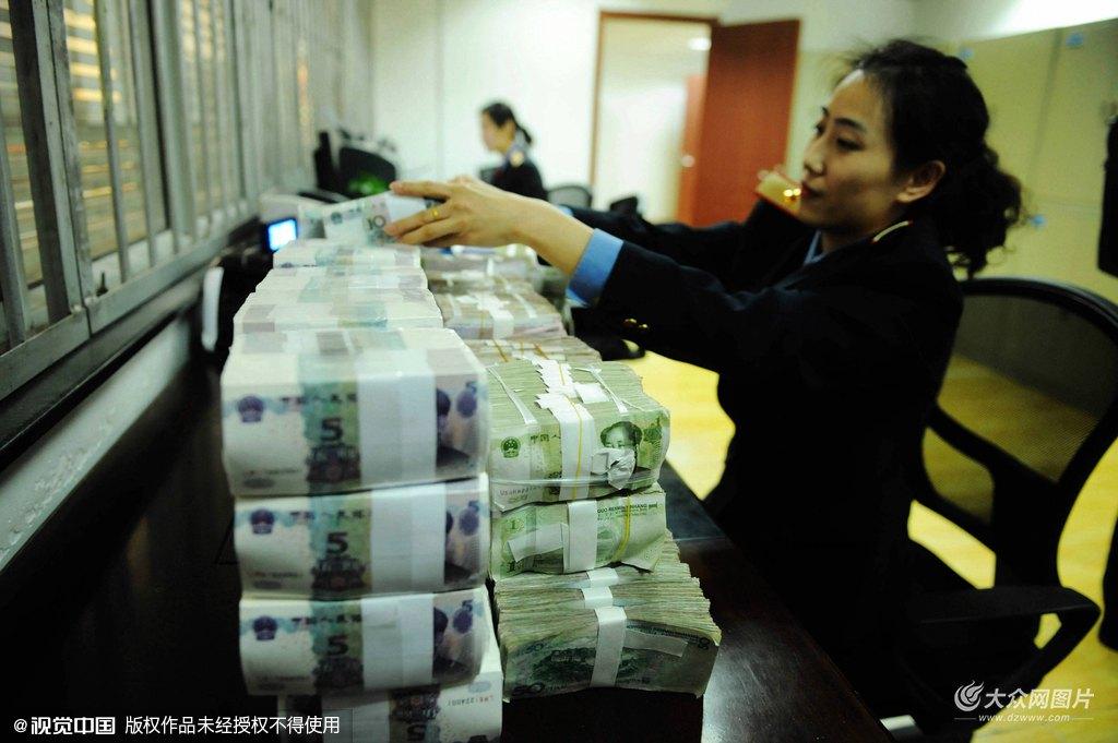 2016年1月31日,山东潍坊火车站,工作人员在整理从银行换来的零钱。