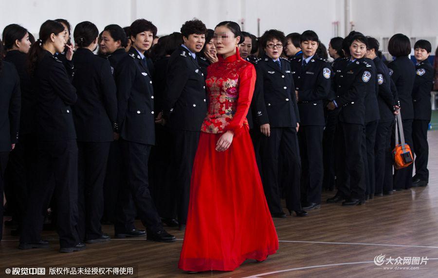 3日,在吉林省女子监狱内,举行了特殊的春晚,参加人员由民警和回归人员、服刑人员及服刑人员家属共同参与组成,吉林省女子监狱一年一度的DIY服装秀拉开了女子监狱春晚的序幕。