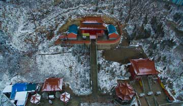 济南:航拍雪后万寿平安宫.jpg