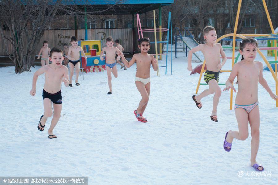 当地时间2016年2月16日,俄罗斯克拉斯诺雅茨克,Sibiryachok幼儿园的孩子们赤身慢跑并参加冰桶挑战。