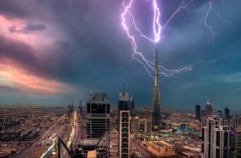 摄影师捕获闪电击中迪拜塔 画面震撼