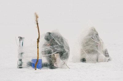 渔民冰天雪地中垂钓 裹塑料袋御寒