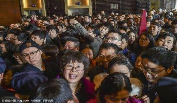 杭州一楼盘开盘千人争抢 场面壮观