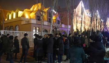 天津:为就近上幼儿园 家长彻夜排队