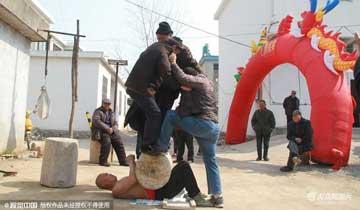 """五旬老汉自学""""硬气功"""" 肚子能顶百斤石"""