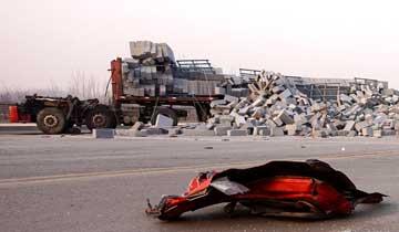 货车撞渣土车致司机身亡 驾驶室被甩出40米