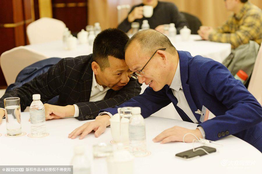 2016年3月2日,在沪全国政协委员赴京参加2016全国两会,在出发前,同为全国政协委员的复星集团董事长郭广昌和美特斯邦威董事长周成建抵达龙柏饭店集合,交谈甚欢。