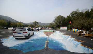 """长沙停车场现巨型3D画作 司机开车过""""瀑布"""""""