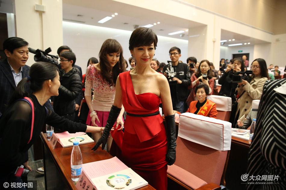 近日,年过六旬的赵雅芝在济南参加一场公益活动,她身着一袭红色斜肩长裙优雅亮相,身材苗条气质优雅,令粉丝激动不已。(图文来源/视觉中国)