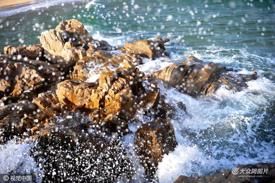 3月23日,山东青岛。当日是农历2月15日,天文大潮,海上又刮起7级阵风。受多重因素的影响,山东青岛银沙滩海岸涌现巨浪,海浪打在礁石上飞花溅玉,打到沙滩上形成洁白浪花。