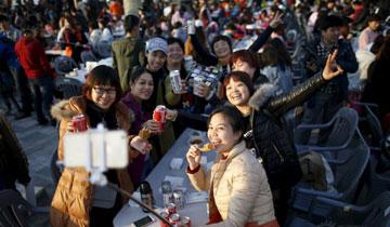 4500名中国游客在韩国喝啤酒吃炸鸡