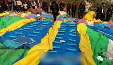 """临沂一充气城堡被""""卷飞"""" 9名儿童受伤"""
