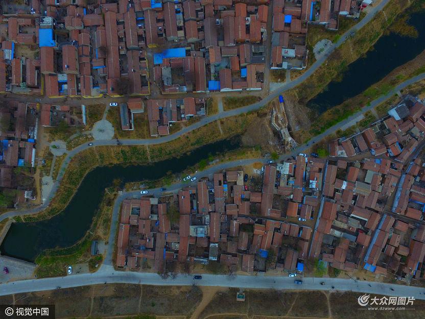 航拍世界文化遗产运河临清段原始形态河道春色,老城民居保存完整格局。