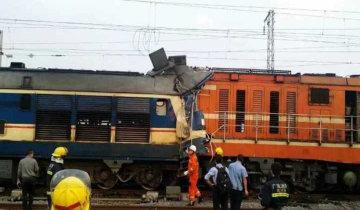 广西两火车车头相撞 2名司机被困